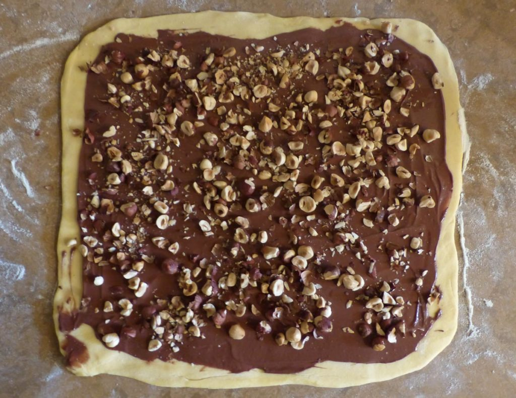 pâte à babka recouverte de pâte à tartiner et noisettes