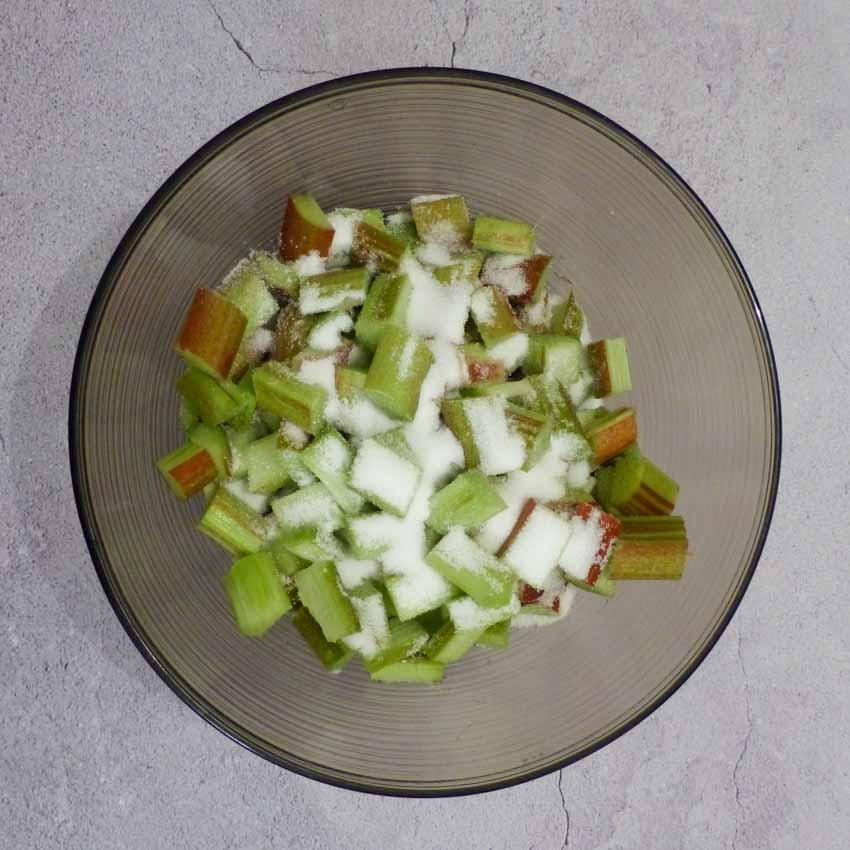 Rhubarbe avec sucre pour dégorgement