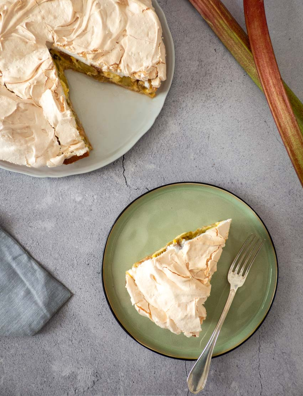 Part de tarte rhubarbe meringuée vue de dessus