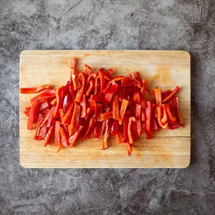 Découpe poivrons salade de pâtes au poulet au curry et poivrons rouges