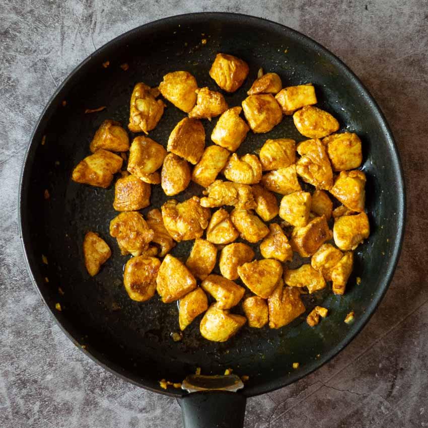 Poulet mariné cuit salade de pâtes au poulet au curry et poivrons rouges