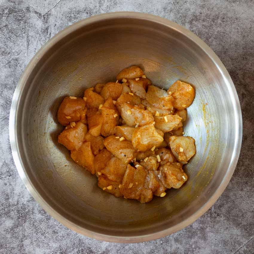 Préparation poulet mariné salade de pâtes au poulet au curry et poivrons rouges