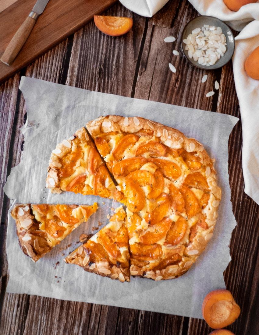 Tarte rustique aux abricots, amandes et romarin