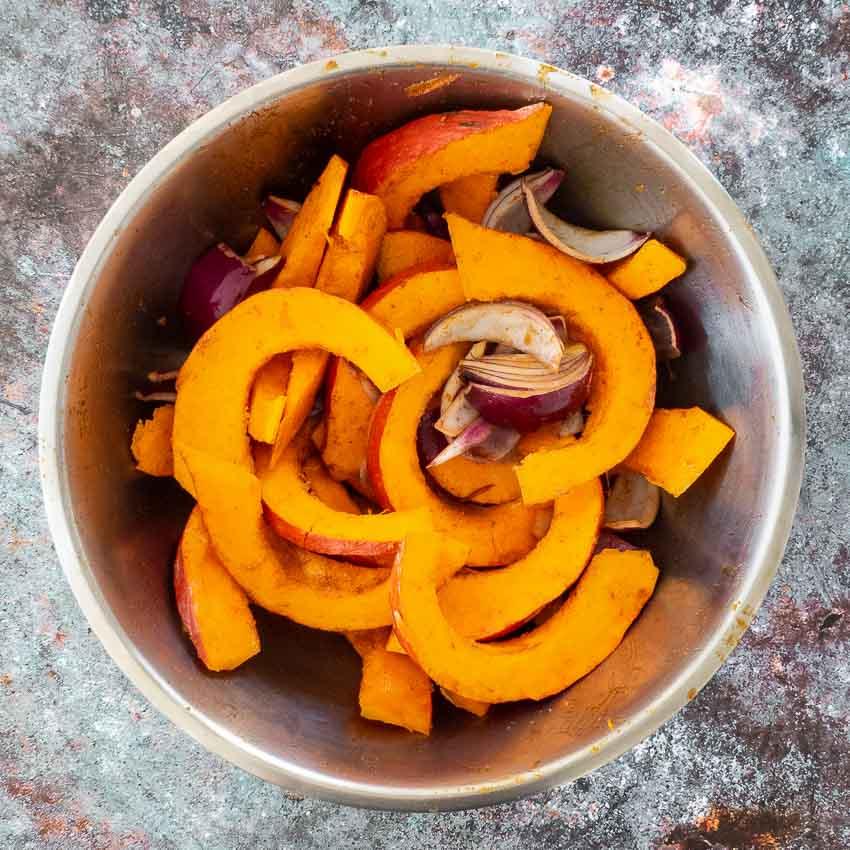Préparation potimarron et oignons rouges pour Potimarron rôti aux lentilles et au gorgonzola