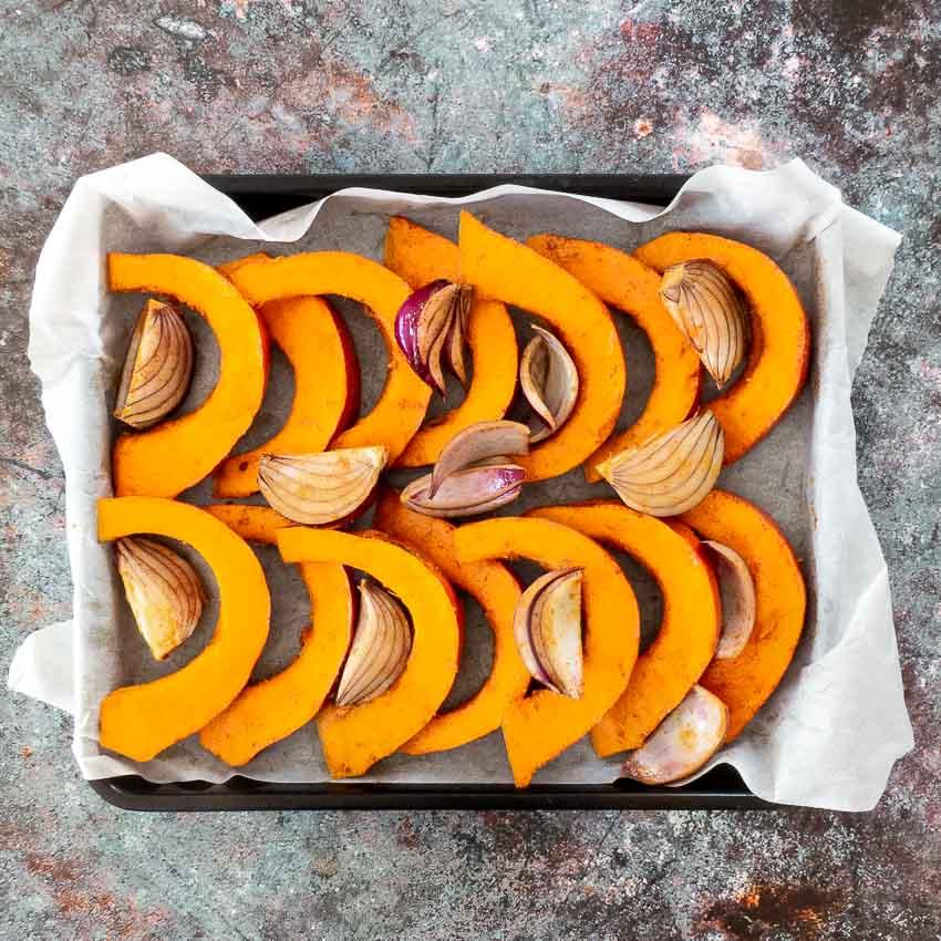 Potimarron et oignons avant cuisson pour Potimarron rôti aux lentilles et au gorgonzola